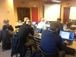 Workshopdeltakere på Dovre januar 2013 skriver iherdig i innspurten den første dagen.