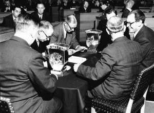 Formannskapsvalget, ant. Oslo, 1951. Forsamling av menn.