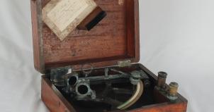 Sekstant i eske, museumsregisteringskort vises pålimt i lokket