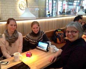Rundt et kafébord sitter Louise sammen med Marit K. Amundsen fra KNreise og Bjørg Eva Aasen fra NJM